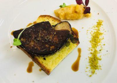 Foie gras d'oca arrosto, composta di cachi e pan brioche al pistacchio di Bronte