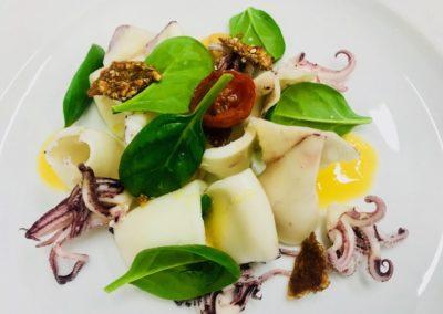 Insalata di calamaretti, spinacino, mandarino e croccante di nocciole
